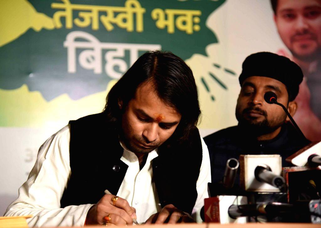 Rashtriya Janta Dal MLA Tej Pratap Yadav shows Azadi Patra (Post Card) to President of India Ram Nath Kovind for release from Jail former Bihar Chief Minister Lalu Prasad Yadav, in Patna on ... - Lalu Prasad Yadav, Tej Pratap Yadav and Nath Kovind