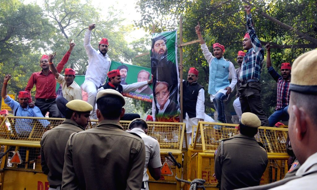Rashtriya Krantikari Samajwadi Party stage a demonstration against ISIS at Jantar Mantar in New Delhi, on Nov 20, 2015.