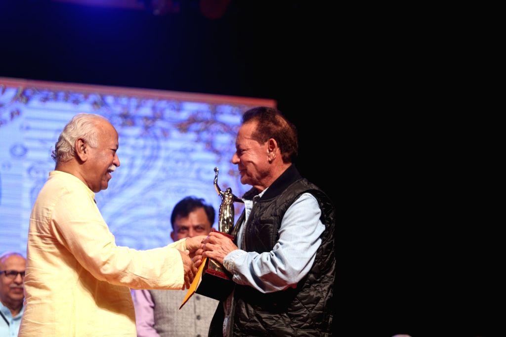 Rashtriya Swayamsevak Sangh (RSS) chief Mohan Bhagwat presents an award to veteran screenwriter-actor Salim Khan during 2019 Deenanath Mangeshkar Awards, in Mumbai, on April 24, 2019. - Salim Khan