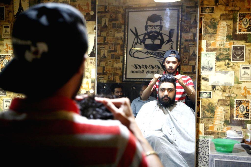 Rawalpindi (Pakistan), July 31, 2020 A barber adjusts a customer's hair at a barbershop on the eve of Eid al-Adha in Rawalpindi, eastern Pakistan, on July 31, 2020.