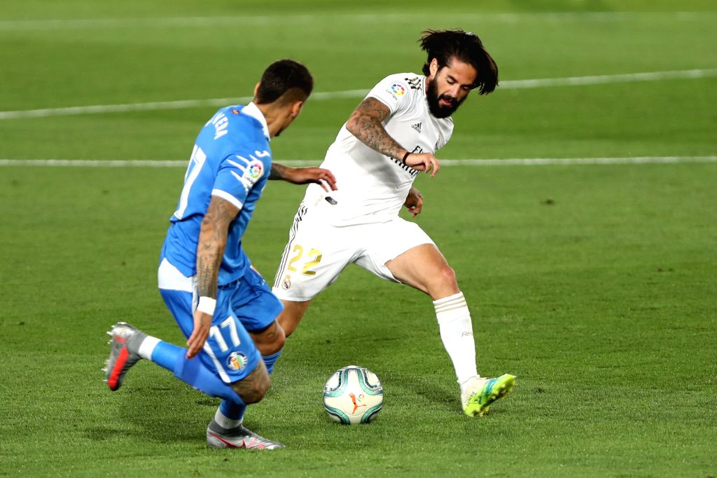 Real Madrid's Isco Alarcon (R) vies with Getafe's Mathias Olivera during a Spanish league football match between Real Madrid and Getafe in Madrid, Spain, July 2, 2020.