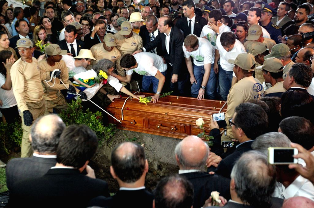 Renata Campos (C-L), widow of late presidential candidate Eduardo Campos, reacts during the funeral of her husband, at Cementary of Santo Amaro in Recife, Brazil, on