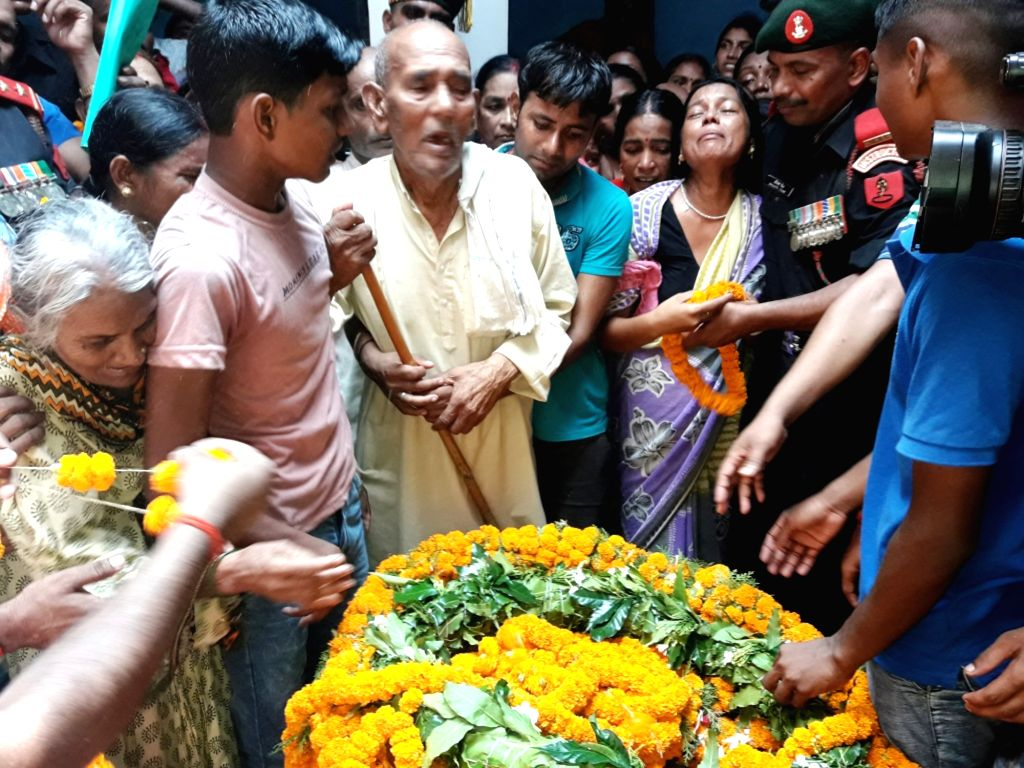 Relatives of Havildar Ashok Kumar Singh who was killed in the terror attack on Uri army camp mourn his death during his funeral in Bhojpur Distrisct of Bihar on Sept 20, 2016.