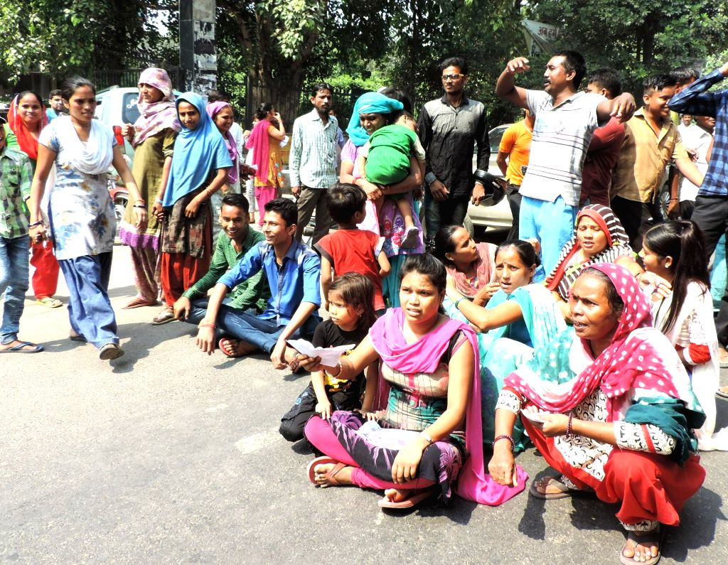 Relatives of inmates of Ghaziabad's MMG District Hospital stage a blockade on Grand Trunk Road against strike called by hospital staff in Ghaziabad, on Sept 20, 2016.