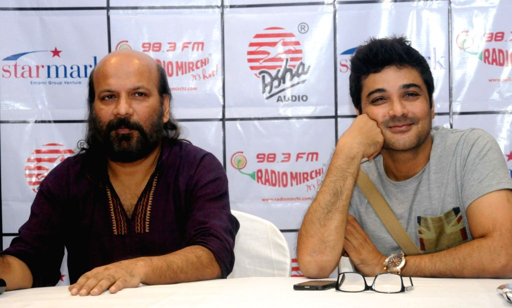 Renowned actor Prasenjit Chatterjee and Music Director Debojyoti Mishra during in a program of CD launching of Strir Potro by Late Film Director Rituparno Ghosh in Kolkata on August 17, 2013. ... - Prasenjit Chatterjee and Rituparno Ghosh