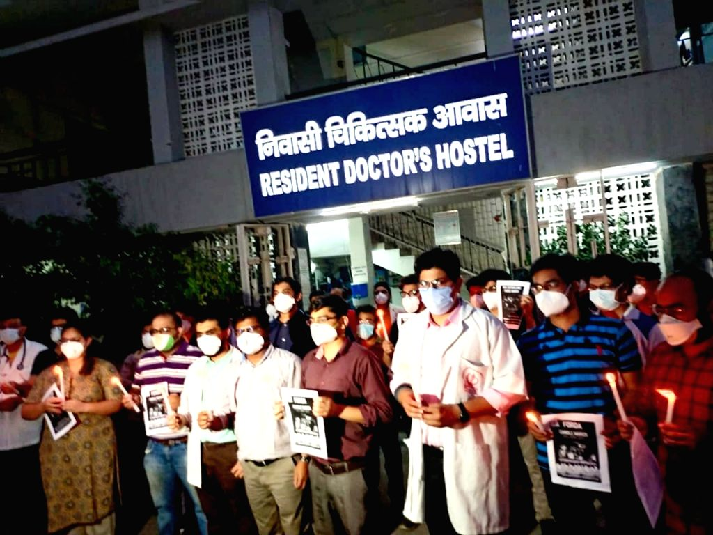 Resident doctors of Delhi took out candle march in support of doctors of Madhya Pradesh