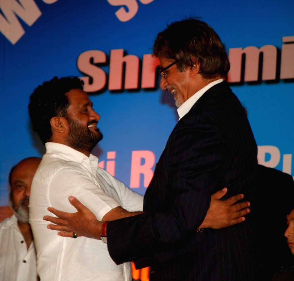 Resul Pukootty is ecstatic as he hugs Amitabh Bachchan who later gave him an award for his contribution to sound industry on behalf of  Western India Motion Pictures & TV sound engineers associati