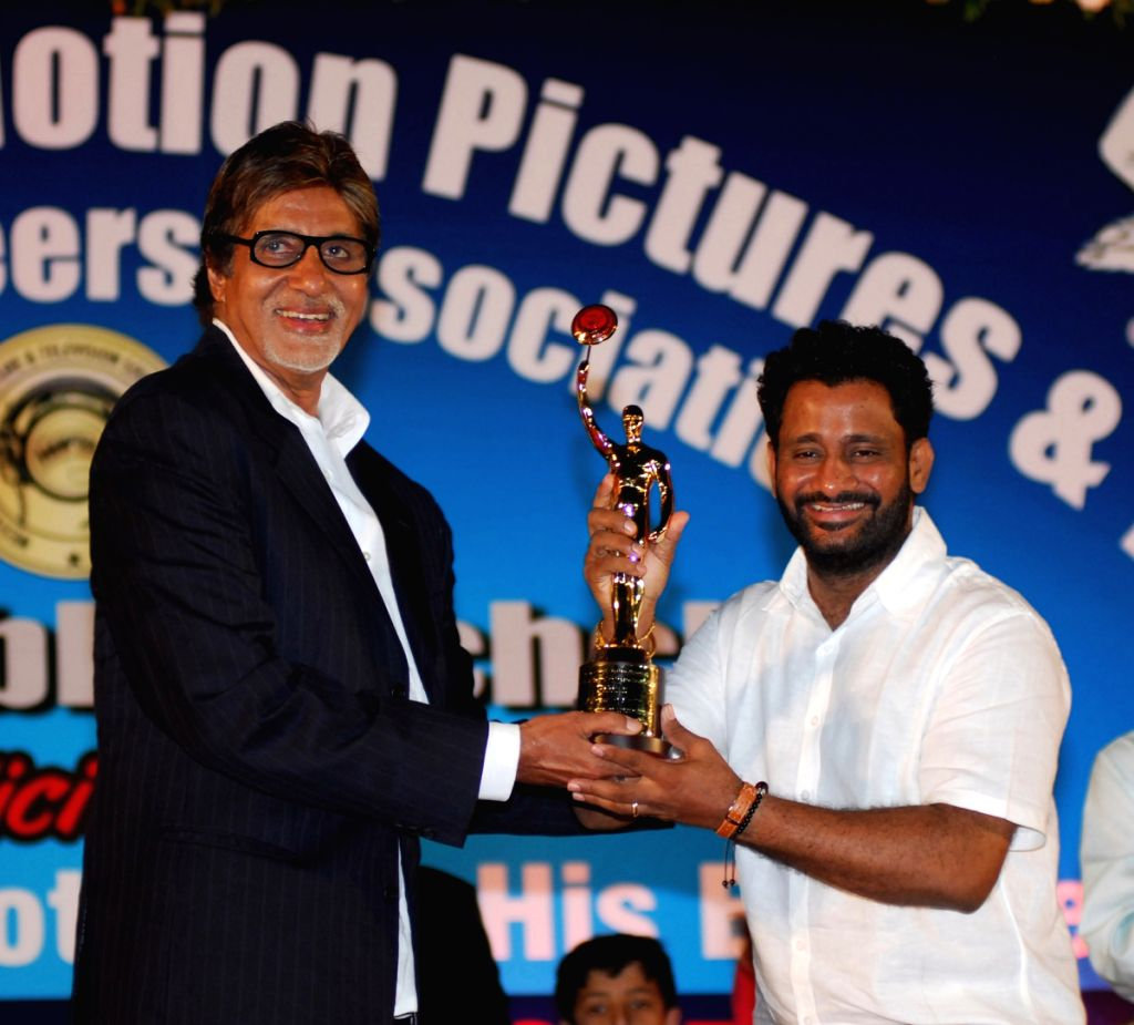 Resul Pukootty is ecstatic as he recievies an award from Amitabh Bachchan for his contribution to sound industry on behalf of  Western India Motion Pictures & TV sound engineers association in Mum