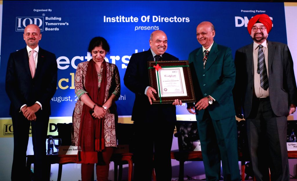 Retired Supreme Court judge Arijit Pasayat felicitates IAS officer Shobhana Kumar Pattanayak. Also seen Dubai Multi Commodities Centre Authority (DMCC) CEO Gautam Sashittal, IAS officer ... - Shobhana Kumar Pattanayak and Varsha Joshi