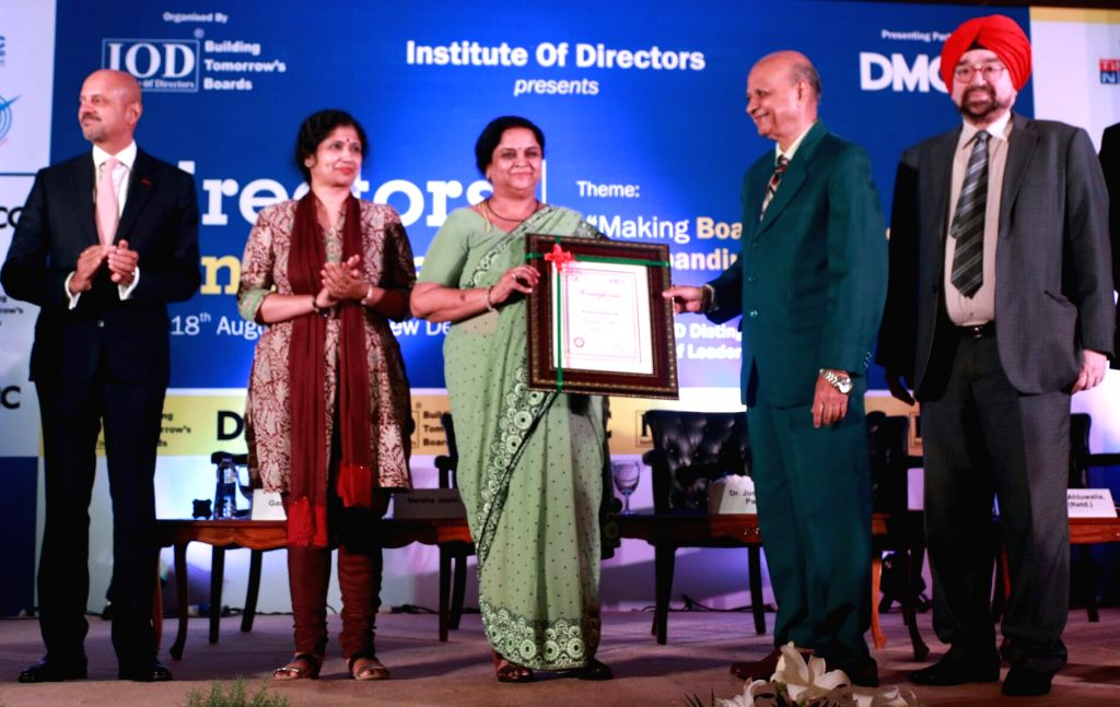 Retired Supreme Court judge Arijit Pasayat felicitates IAS officer Aruna Sharma. Also seen Dubai Multi Commodities Centre Authority (DMCC) CEO Gautam Sashittal, IAS officer Varsha Joshi ... - Aruna Sharma and Varsha Joshi