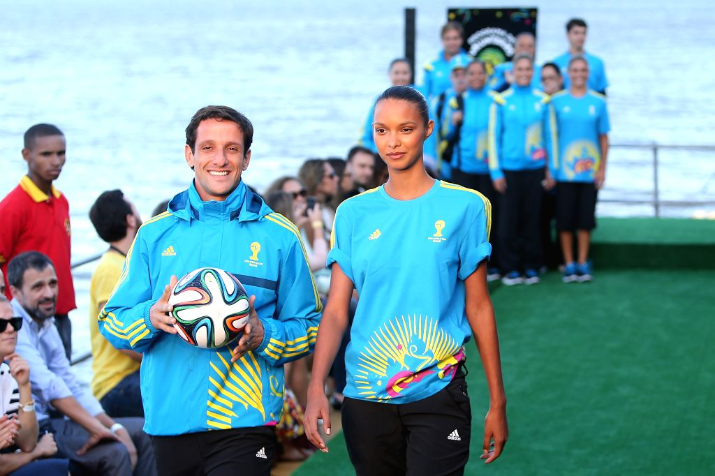 Former Brazilian football player Juliano Belletti (L) and Brazilian model Lais Ribeiro present the uniforms designed for FIFA World Cup volunteers on a ... - Lais Ribeiro