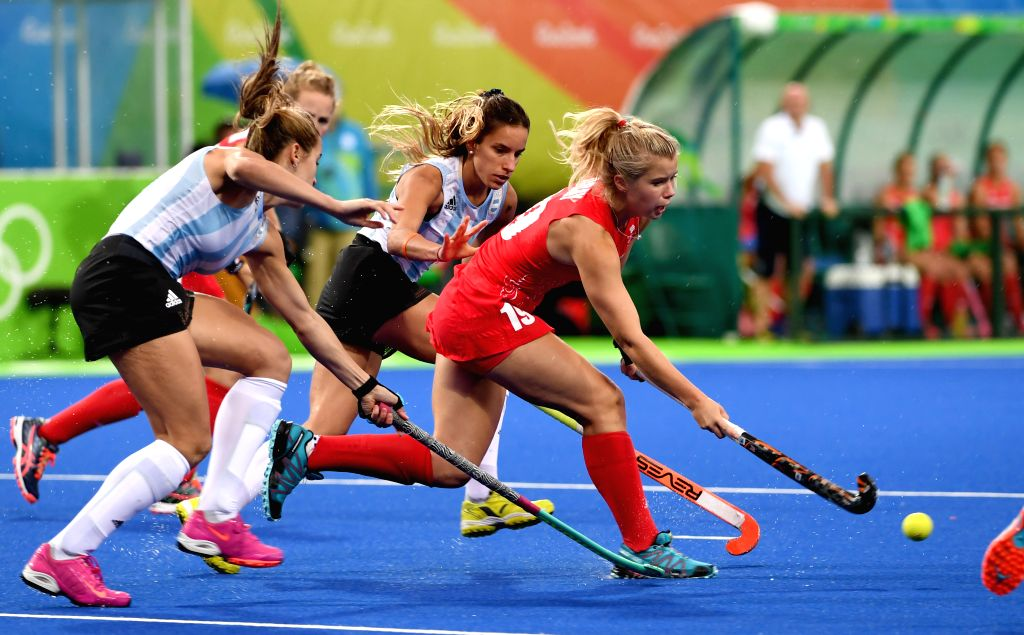 RIO DE JANEIRO, Aug. 10, 2016 - Sophie Bray (R) of Britain competes during a women's pool B match of Hockey between Britain and Argentina at the 2016 Rio Olympic Games in Rio de Janeiro, Brazil, on ...