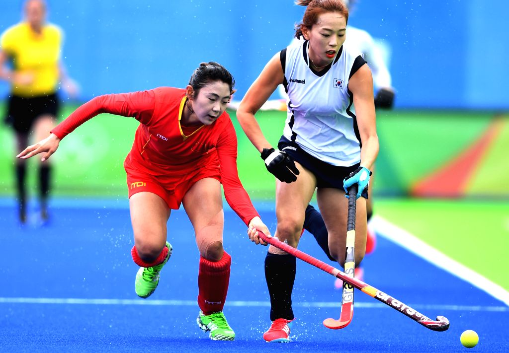 RIO DE JANEIRO, Aug. 12, 2016 - China's Wang Na (L) competes during the women's hockey pool A match between China and South Korea at the 2016 Rio Olympic Games in Rio de Janeiro, Brazil, on Aug. 12, ...