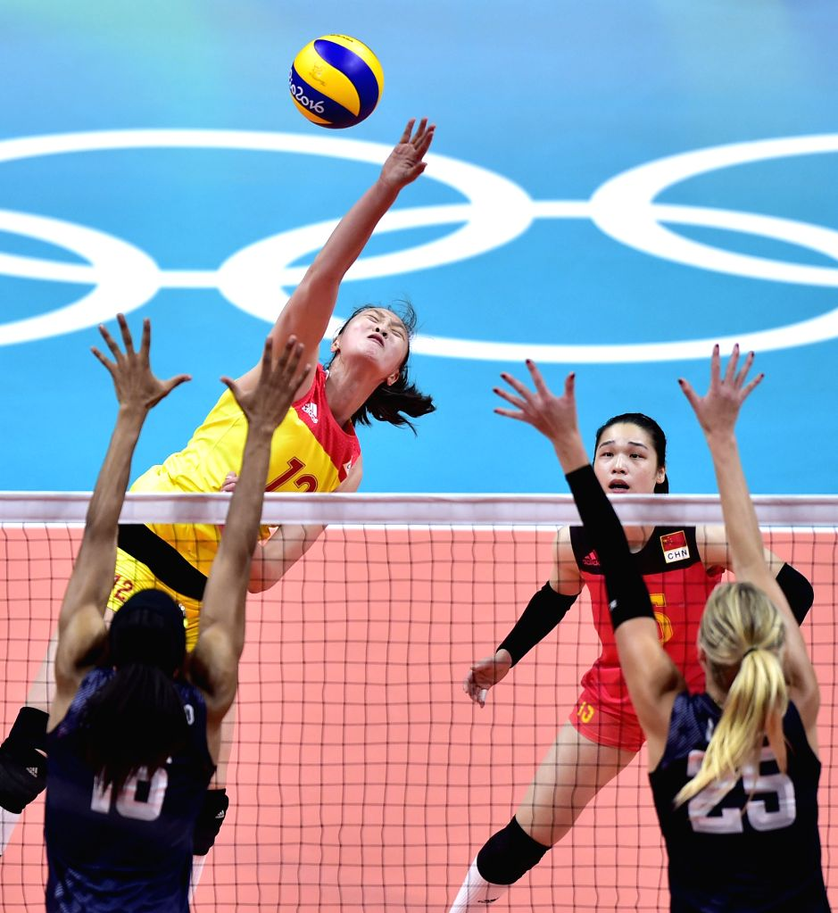 RIO DE JANEIRO, Aug. 14, 2016 - China's Hui Ruoqi (top L) competes during the women's volleyball preliminary pool B between China and the United States at the 2016 Rio Olympic Games in Rio de ...