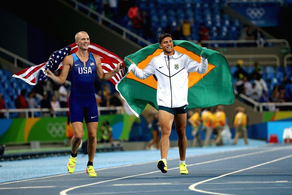 RIO DE JANEIRO, Aug. 15, 2016 - Brazil's Braz Thiago da Silva (R) celebrates after the men's pole vault final at the 2016 Rio Olympic Games in Rio de Janeiro, Brazil, on Aug. 15, 2016.Braz Thiago da ...