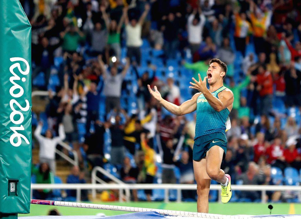RIO DE JANEIRO, Aug. 15, 2016 - Brazil's Braz Thiago da Silva celebrates after the men's pole vault final at the 2016 Rio Olympic Games in Rio de Janeiro, Brazil, on Aug. 15, 2016. Braz Thiago da ...