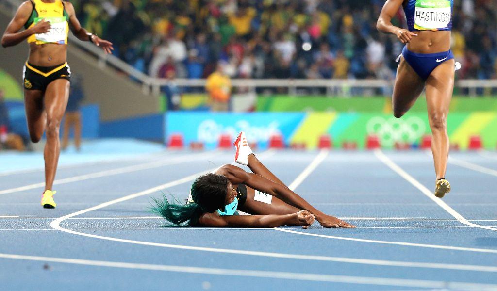 RIO DE JANEIRO, Aug. 15, 2016 - Shaunae Miller of Bahamas (C) falls during the women's 400m final at the 2016 Rio Olympic Games in Rio de Janeiro, Brazil, on Aug. 15, 2016. Shaunae Miller won the ...