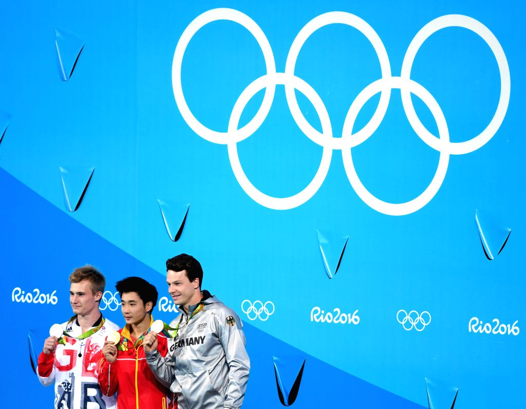 RIO DE JANEIRO, Aug. 16, 2016 - Gold medalist China's Cao Yuan (C), silver medalist Britain's Jack Laugher (L), bronze medalist Germany's Patrick Hausding attend the awarding ceremony for the men's ...