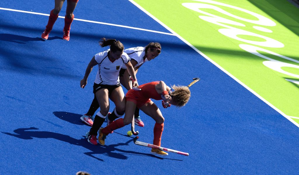 RIO DE JANEIRO, Aug. 17, 2016 - The Netherlands' Maria Verschoor (R) competes during women's semifinal of Hockey against Germany at the 2016 Rio Olympic Games in Rio de Janeiro, Brazil, on Aug. 17, ...