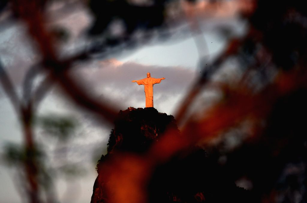 RIO DE JANEIRO, Aug. 5, 2016 - The statue of Christo the Redeemer is seen during sunrise in Rio de Janeiro, Brazil, on Aug. 5, 2016. (Xinhua/Han Yuqing)