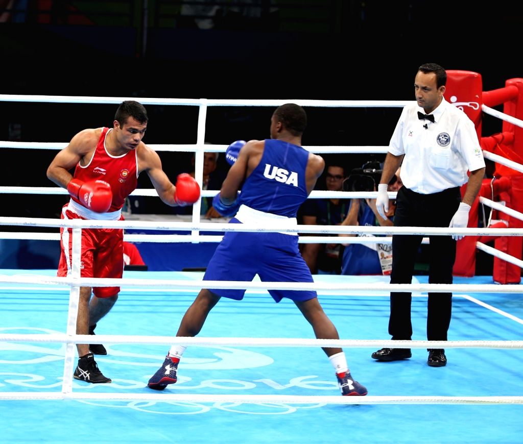 Rio de Janeiro: Indian boxer Vikas Krishan Yadav in action against Charles Conwell of the US in the men` Middleweight (75kg) category at the Riocentrio Pavilion in Rio de Janeiro on Aug. 10, 2016. - Vikas Krishan Yadav