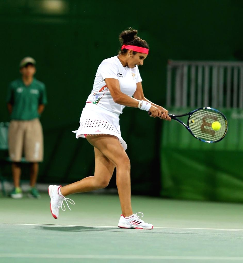 Rio de Janeiro: Indian tennis players Sania Mirza in action against Andy Murray and Heather Watson of Britain in mixed doubles tennis event in Rio de Janeiro on Aug. 12, 2016. Sania and Bopanna ... - Sania Mirza