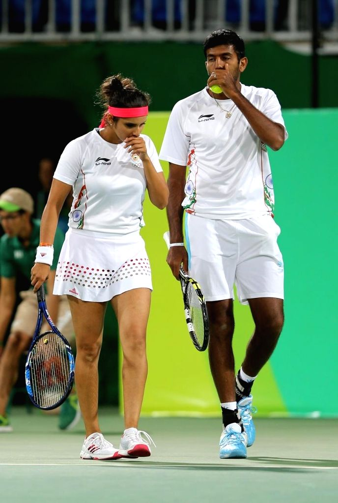 Rio de Janeiro: Indian tennis players Sania Mirza and Rohan Bopanna in action against Andy Murray and Heather Watson of Britain in mixed doubles tennis event in Rio de Janeiro on Aug. 12, 2016. Sania ... - Sania Mirza and Rohan Bopanna