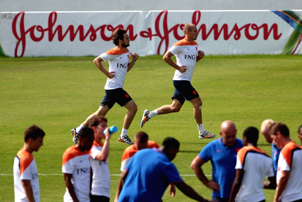 Netherlands' Arjen Robben (R) and Daley Blind warm up in a training session in Rio de Janeiro, Brazil, June 26, 2014.