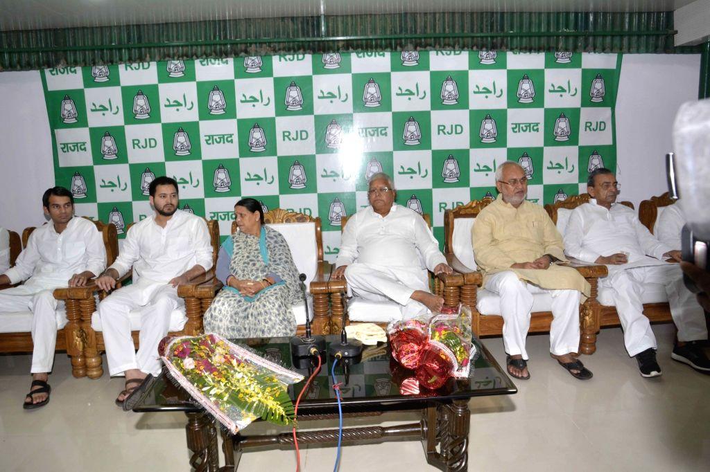 RJD chief Lalu Prasad Yadav, Rabri Devi, Abdul Bari Siddiqui, Tejaswi Yadav, Tejpratap Yadav and others during a party meeting in Patna on July 31, 2016. - Lalu Prasad Yadav, Tejaswi Yadav and Tejpratap Yadav