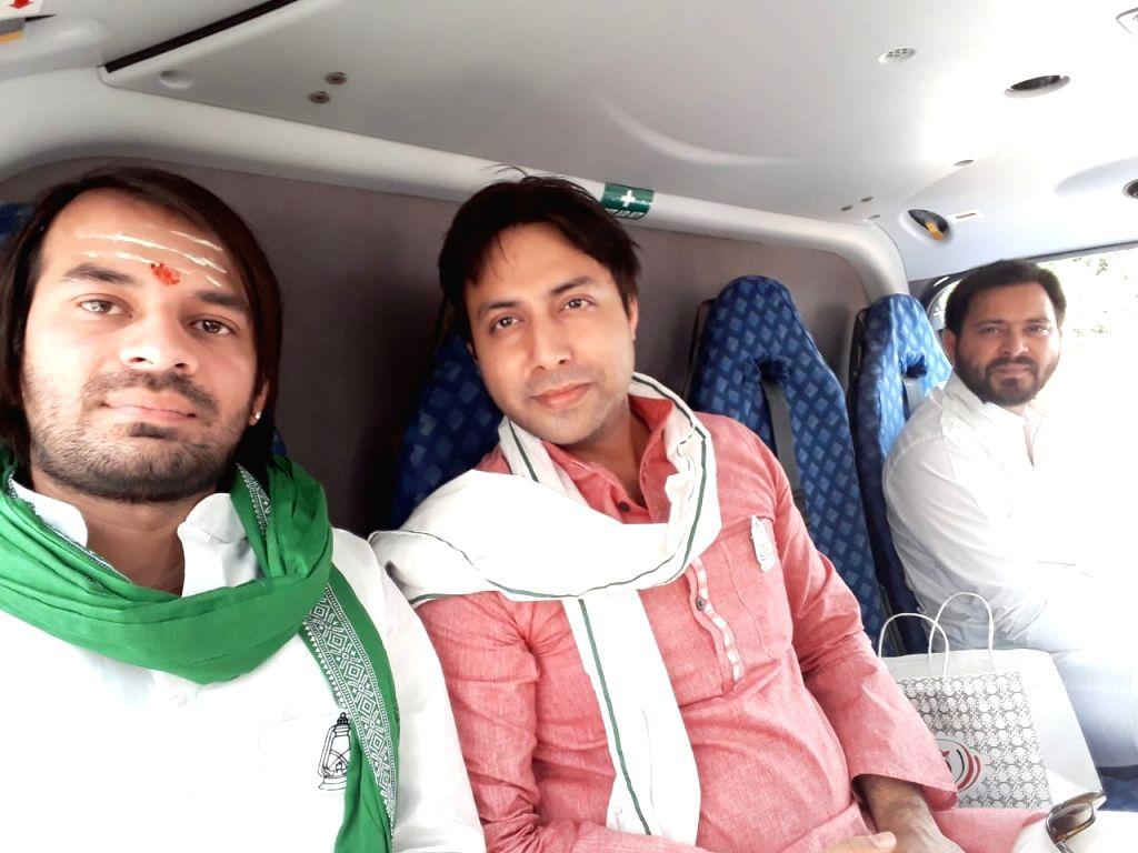 RJD leaders Tej Pratap Yadav and Tejashwi Yadav on their way to election campaign from Patna on May 12, 2019. - Tej Pratap Yadav and Tejashwi Yadav