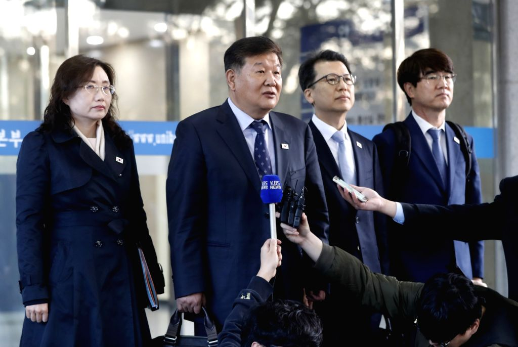Roh Tae-kang (2nd from L), South Korea's vice minister of culture and sports, speaks to the press before departing from Seoul for North Korea's border town of Kaesong with his delegation for ...