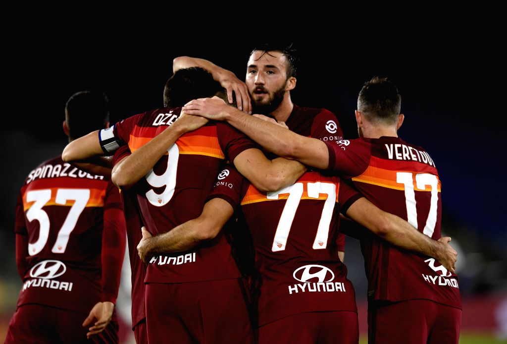 Roma's Edin Dzeko (2nd L) celebrates his goal with teammates during the 4th round Italian Serie A football match between Roma and Benevento in Rome, Italy, Oct. 18, ...