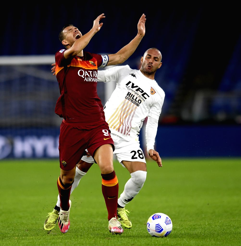 Roma's Edin Dzeko (L) vies with Benevento's Pasquale Schiattarella during the 4th round Italian Serie A football match between Roma and Benevento in Rome, Italy, Oct. ...