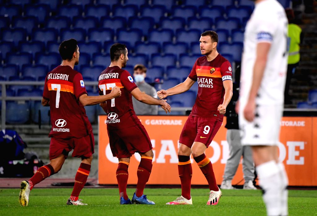 Roma's Edin Dzeko (R) celebrates his goal during the 4th round Italian Serie A football match between Roma and Benevento in Rome, Italy, Oct. 18, 2020.