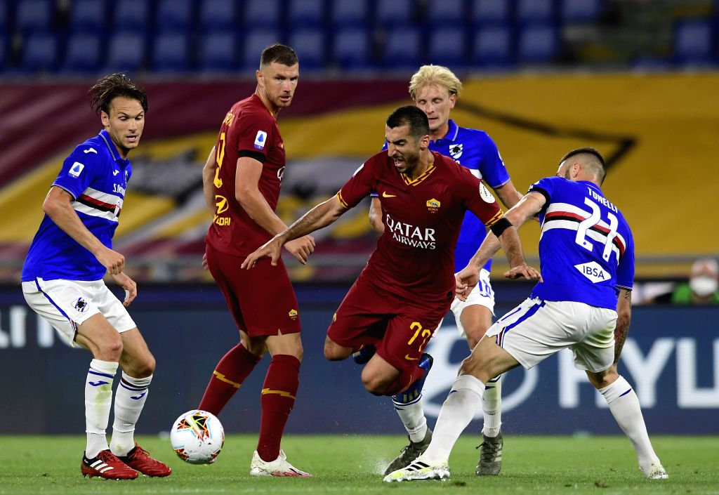 Roma's Henrikh Mkhitaryan (3rd R)  vies with Sampdoria's Lorenzo Tonelli (1st R) during a Serie A football match in Rome, Italy, June 24, 2020.
