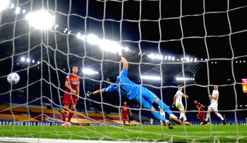 Roma's Pedro (2nd R) scores his goal during during the 4th round Italian Serie A football match between Roma and Benevento in Rome, Italy, Oct. 18, 2020.