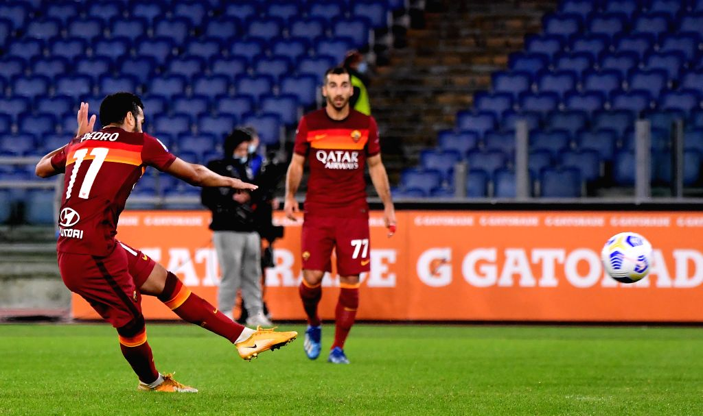 Roma's Pedro (L) scores his goal during the 4th round Italian Serie A football match between Roma and Benevento in Rome, Italy, Oct. 18, 2020.