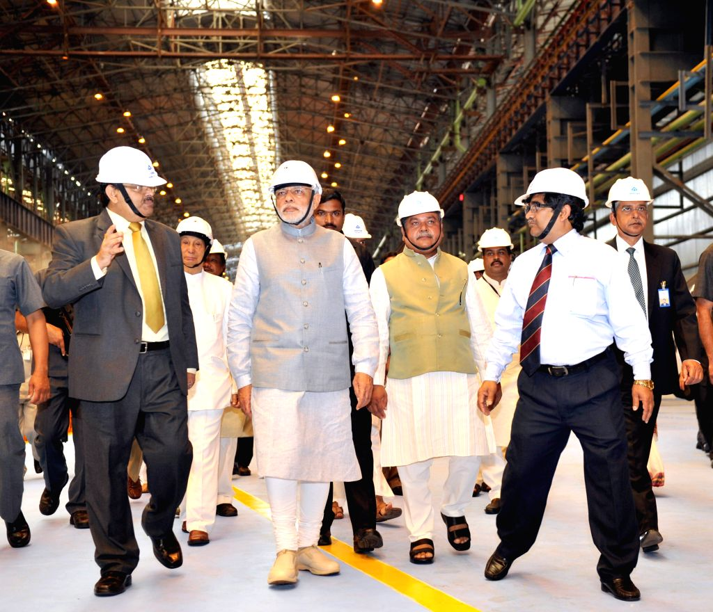 Prime Minister Narendra Modi visits the Rourkela Steel Plant on April 01, 2015. Also seen Governor of Odisha S C Jamir, Union Minister for Mines and Steel Narendra Singh Tomar and others. - Narendra Modi and Narendra Singh Tomar