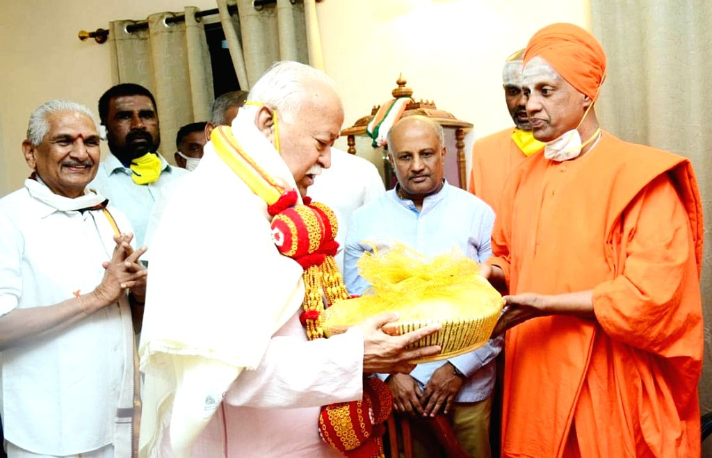 RSS leader Mohan Bhagwat called on Sri Siddalinga Swami at Siddaganga Mutt, in Tumkur on Thursday 4th March 2021.