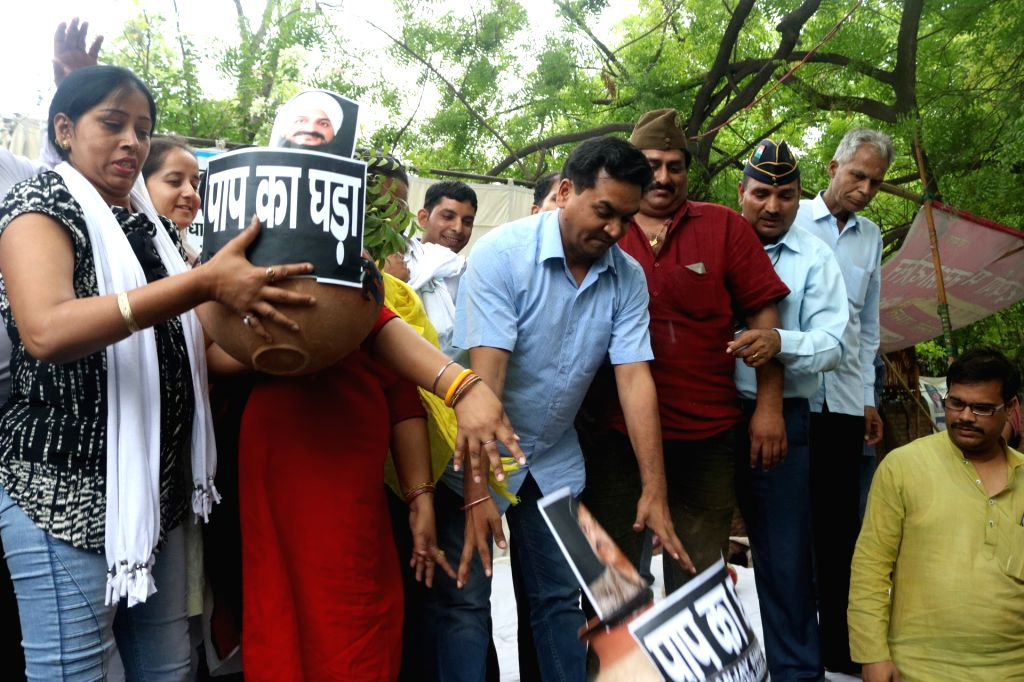 Sacked Delhi Minister Kapil Mishra joins Simran Kaur Bedi  of AAP who is staging a demonstration against party leaders over distribution of tickets in the recently concluded MCD Polls in ... - Kapil Mishra and Simran Kaur Bedi