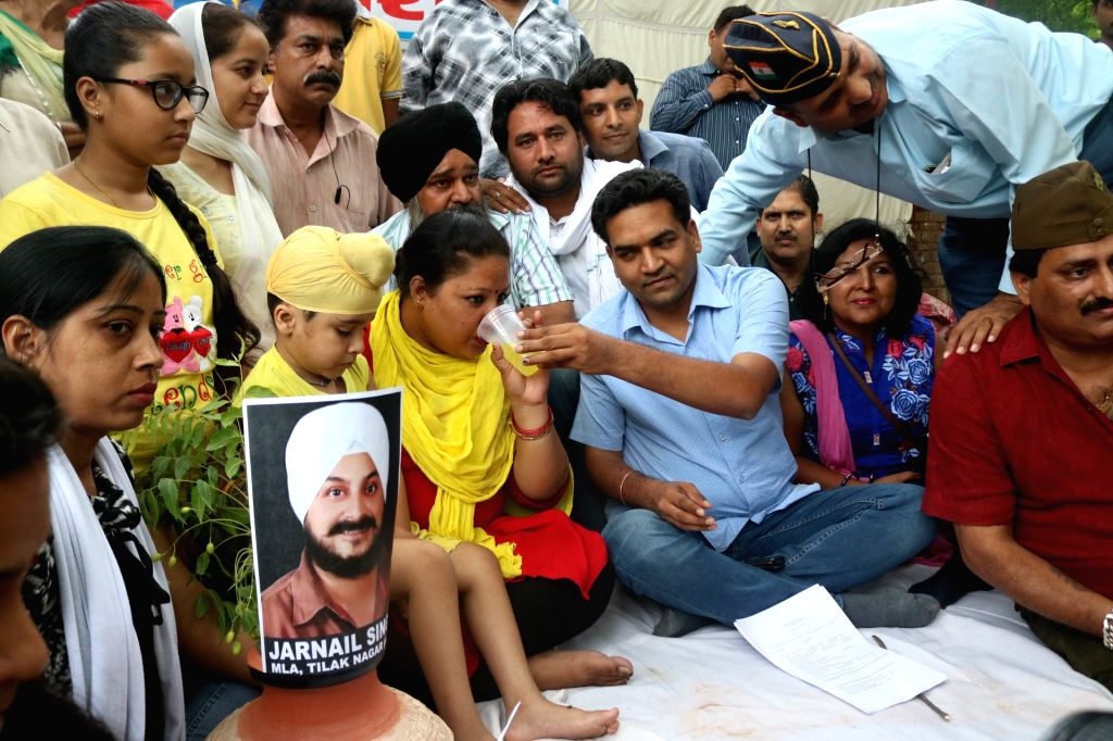 Sacked Delhi Minister Kapil Mishra offers juice to AAP worker Simran Kaur Bedi who was on a hunger strike at Jantar Mantar to protest against party leaders in New Delhi, on May 22, 2017. - Kapil Mishra and Simran Kaur Bedi