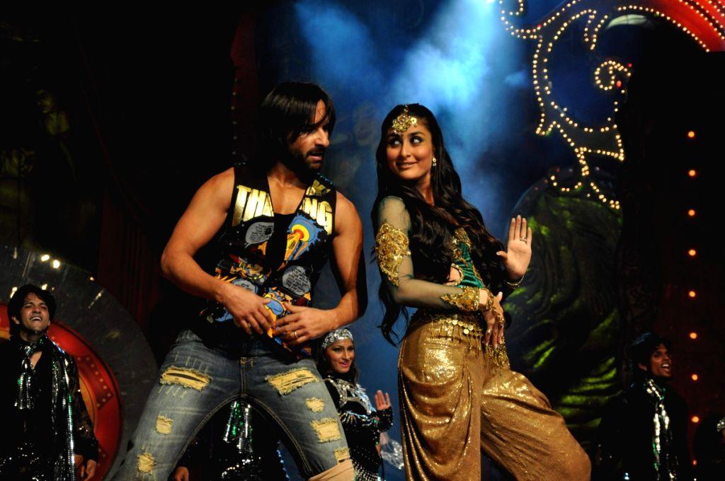 Saif Ali Khan and Kareena Kapoor performs at Stardust Awards 2010 in Mumbai. - Saif Ali Khan and Kareena Kapoor