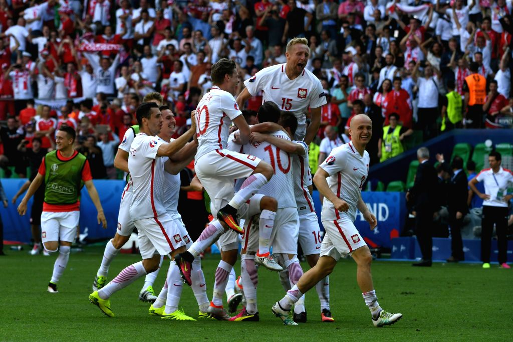 SAINT-Players of Poland celebrate victory after the Euro 2016 round of sixteen football match between Switzerland and Poland in Saint-Etienne on June 25, 2016. ...