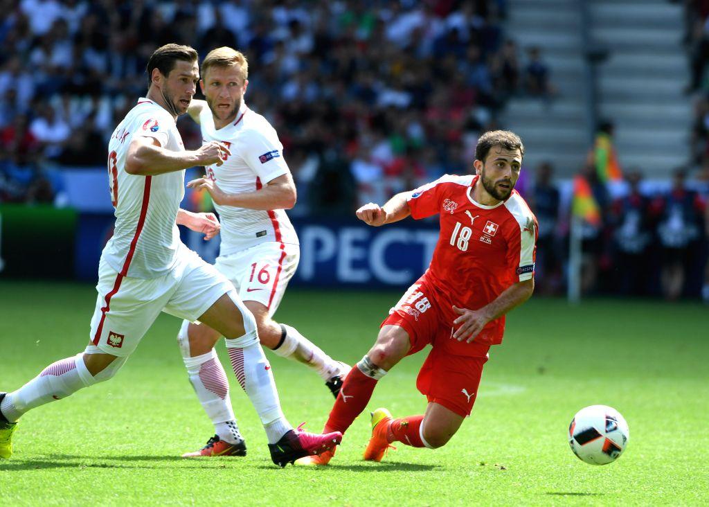 SAINT-Switzerland's Admir Mehmedi(R) competes during the Euro 2016 round of sixteen football match between Switzerland and Poland in Saint-Etienne on June 25, 2016.