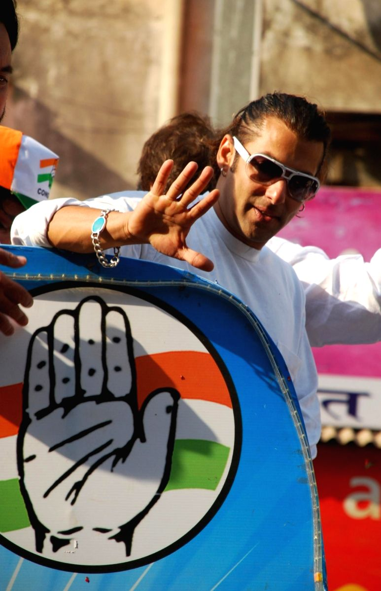 Salman Khan campaigns for Congress canditate Priya Dutt who is contesting the forthcoming elections from Bandra constituency in Mumbai on 15 April 2009.