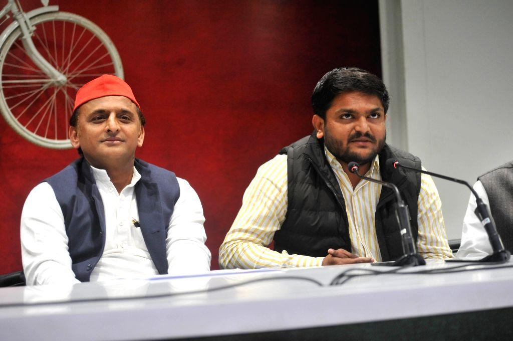Samajwadi Party chief Akhilesh Yadav and Patidar leader Hardik Patel during a press conference in Lucknow on Feb 21, 2019. - Akhilesh Yadav and Hardik Patel