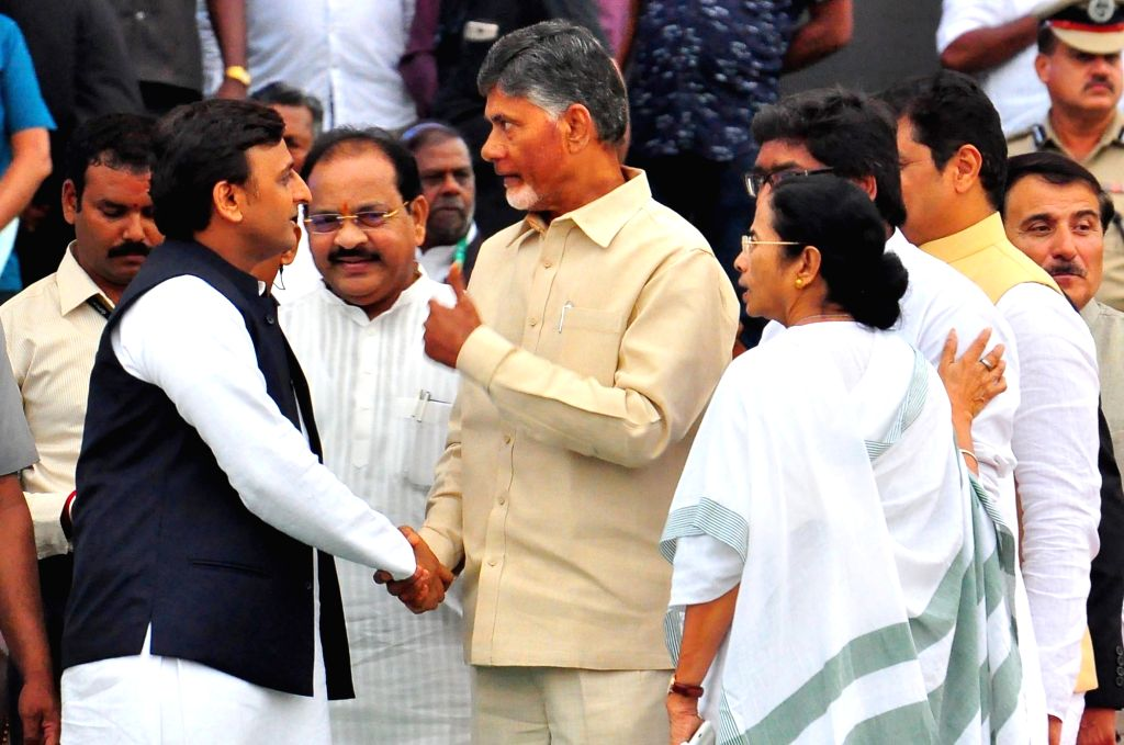 Samajwadi Party chief Akhilesh Yadav with Andhra Pradesh Chief Minister N. Chandrababu Naidu and West Bengal Chief Minister Mamata Banerjee at the swearing in ceremony of Karnataka Chief ... - N. Chandrababu Naidu, Akhilesh Yadav and Mamata Banerjee