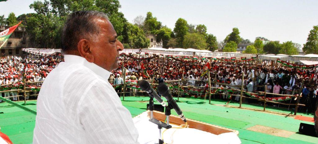 Samajwadi Party chief, Mulayam Singh Yadav addresses a rally in Lucknow on April 28, 2014. - Mulayam Singh Yadav