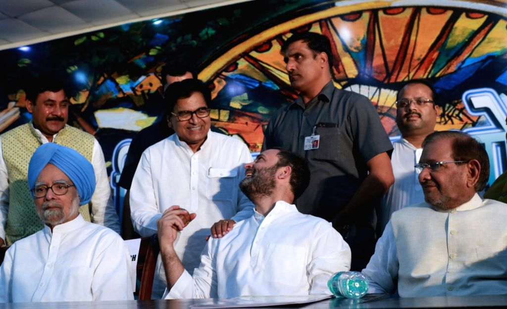 Samajwadi Party MP Ram Gopal Yadav, former Prime Minister Manmohan Singh, former JD(U) chief Sharad Yadav and Congress Vice President Rahul Gandhi during the Sanjhi Virasat Bachao ... - Manmohan Singh, Gopal Yadav, Sharad Yadav and Rahul Gandhi