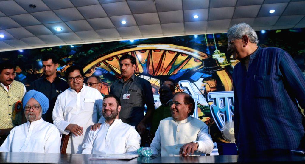 Samajwadi Party MP Ram Gopal Yadav, former Prime Minister Manmohan Singh, CPI(M) general secretary Sitaram Yehchury, former JD(U) chief Sharad Yadav and Congress Vice President Rahul ... - Manmohan Singh, Gopal Yadav, Sharad Yadav and Rahul Gandhi